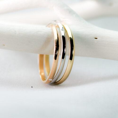 細身の形状 スリーカラーのリング